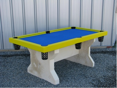 Table de billard jaune et tapis bleu