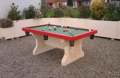 Table de billard rouge et tapis vert