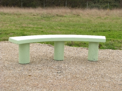 Banquette en b ton aspect pierre mobilier b ton for Peinture aspect beton
